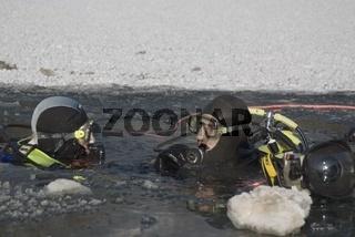 Zwei Taucher beim Eistauchen