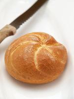Brötchen und Brotmesser
