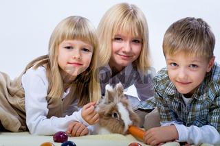 Kinder mit Zwergkaninchen