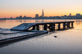 Blick über die Warnow auf Rostock im Winter
