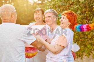 Senioren mit Geschenk auf Sommer Party