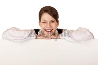 Junge glückliche Geschäftsfrau hält leere Werbetafel
