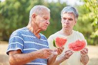 Zwei Senioren essen eine Melone
