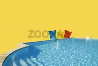 Luftmatratzen am Swimmingpool