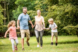 Glückliche Familie im Sommer