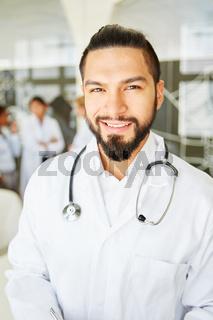 Junger Mann als kompetenter Arzt