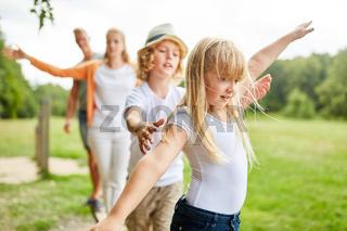 Familie und Kinder trainieren Fitness