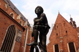 Eine Statue bei der Marienkirche in der Altstadt von Krakau im sueden von Polen.