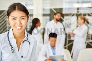 Junge Frau als Krankenschwester oder Ärztin