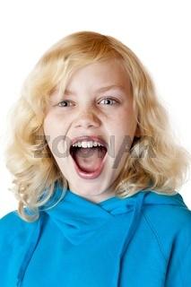 Junges blondes Mädchen schreit laut in Kamera