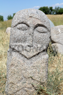 Mittelalterliche Steinskulptur (Balbal) am Burana-Turm bei Tokmak, Kirgisistan