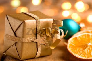 Weihnachten - Goldenes Päckchen mit Stern und Lichtern