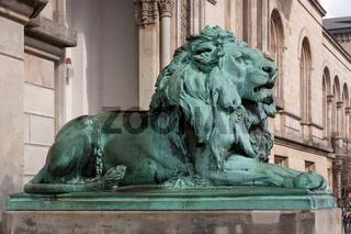 Bronzeskulptur eines Löwen vor der Leibniz Universität Hannover