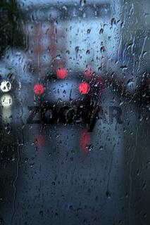 Auto fahren auf nasser Straße