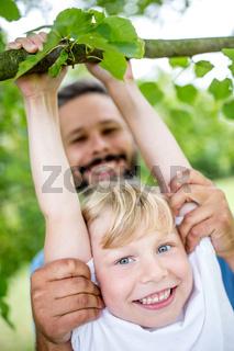 Kind turnt im Sommer im Park