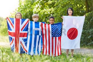 Gruppe Kinder hält Fahnen von vier Staaten