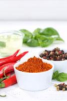 Gewürze kochen Zutaten Paprika Pulver Paprikapulver Hochformat rote scharfe Peperoni