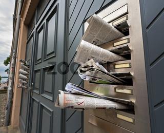 Briefkasten mit Werbung