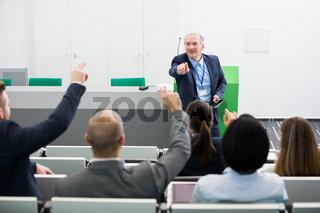 Referent und Geschäftsleute in einer Diskussion
