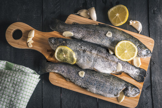 Fresh trout with lemons and garlic