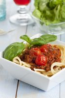 Portion Spaghetti Bolognese mit Salat