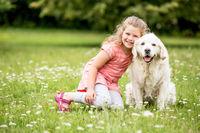 Mädchen zusammen mit Hund