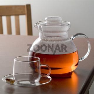 Teekanne auf Tisch