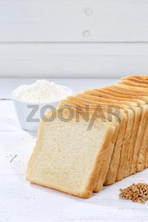 Toastbrot Toast Brot geschnitten Scheibe Hochformat Textfreiraum auf Holzplatte