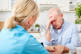 Krankenschwester kümmert sich um Senior