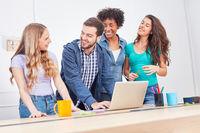 Weibliche Studenten und Berater am Laptop