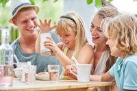 Blondes Mädchen spielt mit dem Zuckerstreuer