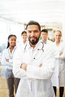 Arzt  vor seinem erfolgreichen Ärzte Team