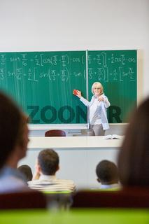 Frau als Dozent im Mathematik Unterricht