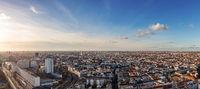 Berlin City Skyline Panorama mit blauen Himmel