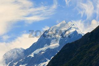 Mount Cook, Blick ins Hooker Valley und den hoechsten Berg Neuseelands, Mount Cook, die von einem Gewitter uebrig gebliebenen Wolken loesen sich auf und geben den Blick auf den majestaetischen 3754 m hohen Berg frei,  Mount Cook Nationalpark und Westland