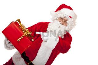 Mann in rotem Weihnachtsmann Kostüm zeigt auf Weihnachtsgeschenk.
