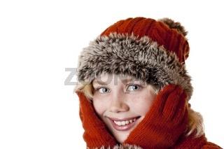 Junges blondes Mädchen mit Wintermütze und Handschuhen