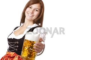 Lachende bayerische Frau im Dirndl hält Oktoberfest Bierkrug