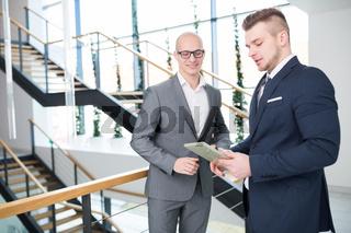 Zwei junge Geschäftsleute mit Tablet Computer
