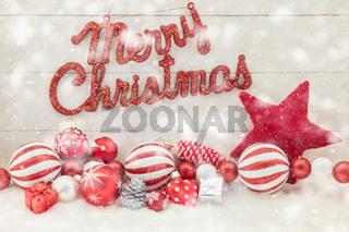 Merry Christmas Text im Schnee mit Dekoration