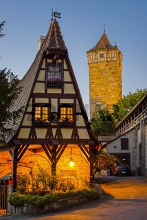 Gerlachschmiede, dahinter Rödertor, Rothenburg ob der Tauber, Bayern, Deutschland, Europa