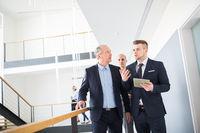 Junger Consulting Geschäftsmann mit Tablet Computer