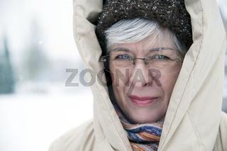 Frau mit Kaputze