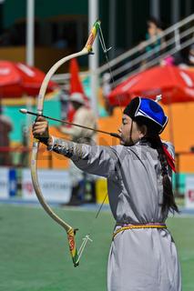 Weiblicher Bogenschütze in traditioneller Deel-Kleidung, Ulanbator, Mongolei