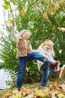 Zwei Mädchen toben im Park und tanzen