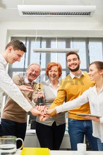 Start-Up Team stapelt die Hände