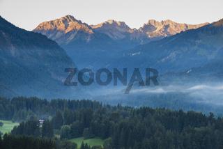 Stillachtal mit Frühnebel, bei Oberstdorf, dahinter Schüsser, 2259m, Hochgehrenspitze, 2251m, und Hammerspitze, 2170m, Oberallgäu, Bayern, Deutschland, Europa
