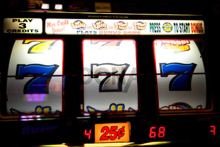 Slot machine with three winning 7's