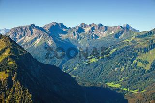 Panorama vom Schattenberg, 1692m, ins Stillachtal, dahinter Schüsser, 2259m, Hochgehrenspitze, 2251m und Hammerspitze, 2170m, Allgäu, Bayern, Deutschland, Europa