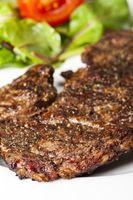 Nahaufnahme eines Steaks mit Pfeffer